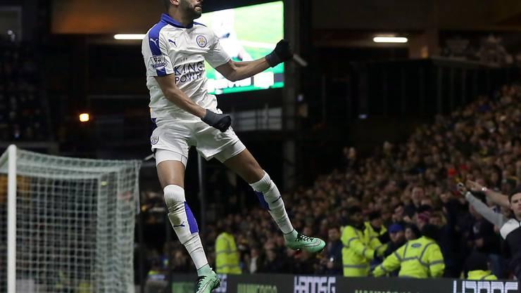 Leicesters Spielmacher Riyad Mahrez feiert einen Treffer, die Fans auf den Rängen hüpfen mit