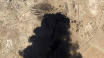 Eine Satellitenaufnahme zeigt den schwarzen Rauch, der über dem Abkaik Öl-Feld von Saudi Aramco aufsteigt. (Archivbild)