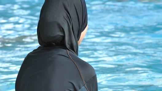 Weil eine junge Muslima den Schwimmunterricht, hiess das Verwaltungsgericht ihre Einbürgerung gut.