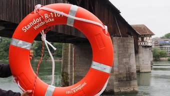 So sehen die offiziellen von der Stadt Bad Säckingen installierten Rettungsringe aus.