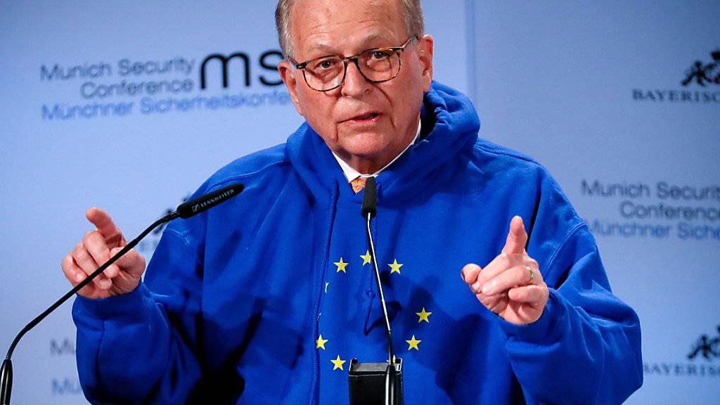 Wolfgang Ischinger, Präsident der Münchner Sicherheitskonferenz, eröffnete den Anlass symbolträchtig im EU-Kapuzenpulli.