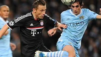 Bayerns Olic (links) kommt gegen Manchesters Savi zu  spät.