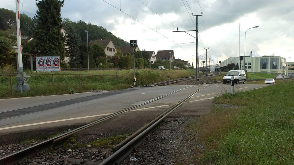 Unfall bei Bahnübergang – Töfffahrer wird schwer verletzt