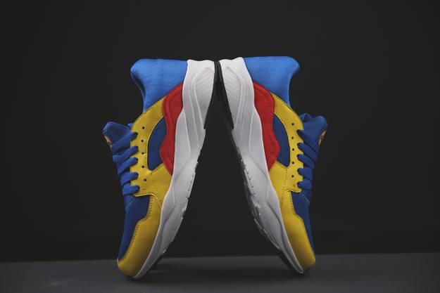 Rot, blau und gelb: Der Sneaker von Lidl fällt auf.