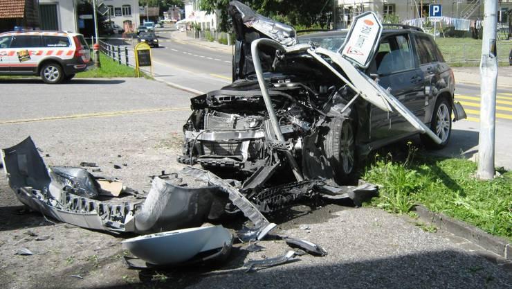 Kontrolle verloren: Der Lenker wurde beim Selbstunfall verletzt, das Auto total beschädigt. (Kapo GL)