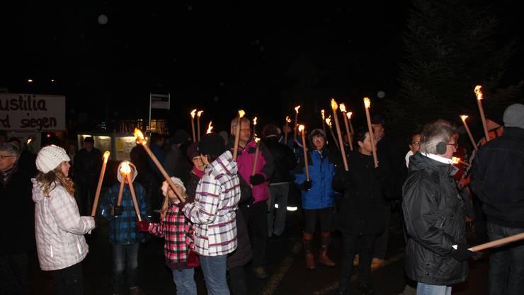 Im Dorf besammeln sich die Protestierenden. (Bilder: Adrian Hunziker)