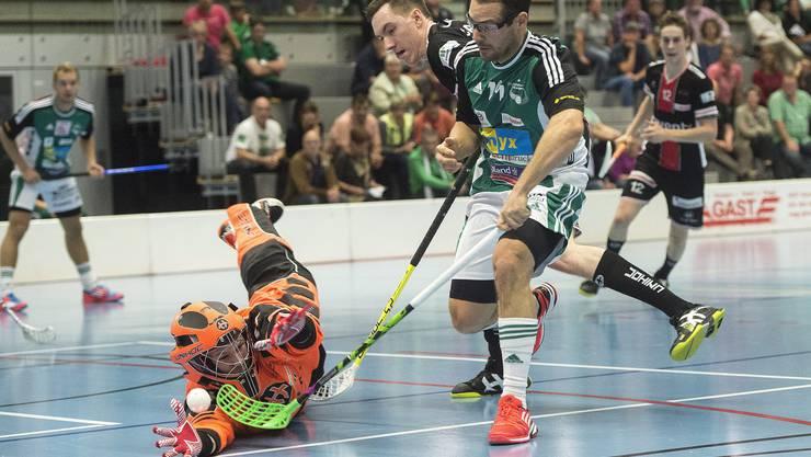 Wilers Matthias Hofbauer (rechts) scheitert gegen Christoph Reich, der mit einer tollen Parade den Ball abwehren kann.