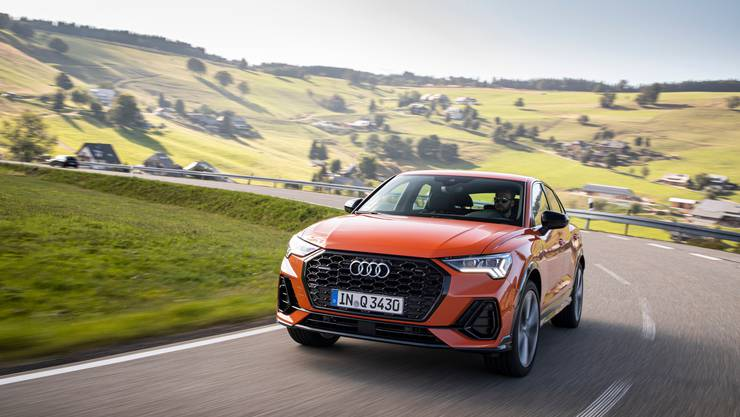 Grosser Kühlergrill, flachstehende Frontscheibe und fliessendes Heck: Der Sportback will der elegantere Bruder des Audi Q3 sein.
