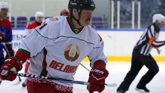 Der weissrussische Präsident Lukaschenko spielte am Samstag in Minsk Eishockey. Sport, besonders Eissport, sei die beste Antiviren-Medizin, sagte er mit Blick auf die Corona-Pandemie. (Archivbild)