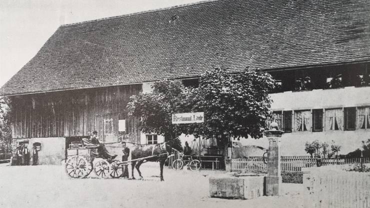 Das Ziegeldach rettete den Gasthof Linde, die frühere Zehntenscheune, als einziges Haus im Dorfkern vor dem Feuer – hier ein Bild um 1910. Vom Dorfbrand selbst und vom alten Fislisbach gibt es keine Aufnahmen.