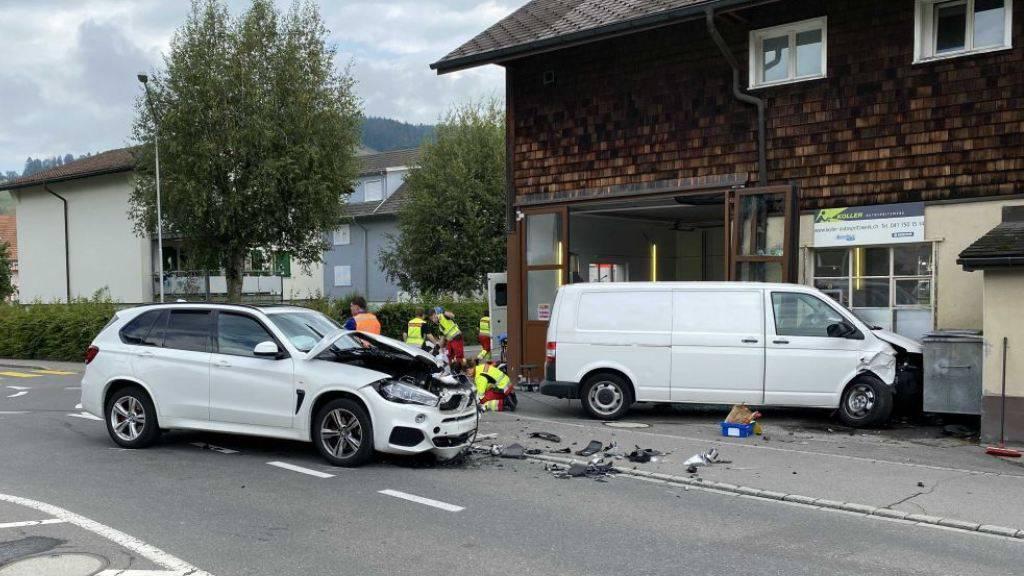 Bei einer Kollision in Unterägeri sind zwei Personen leicht verletzt worden.