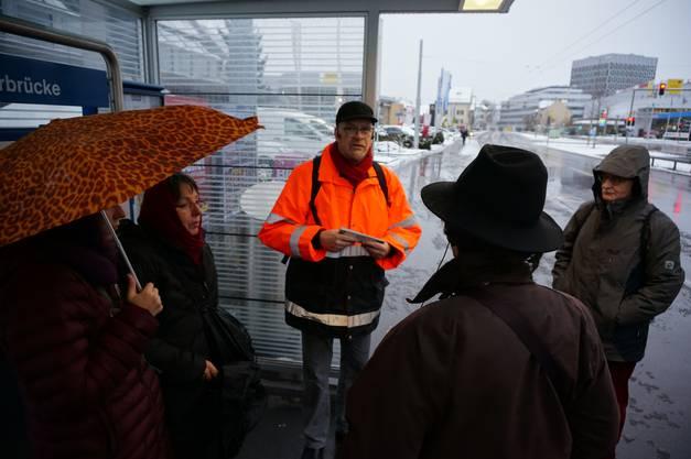 Trotz Schneeregen sind 11 Teilnehmer zu Nikolaus Wyss Führung durch Schlieren gekommen.jpg