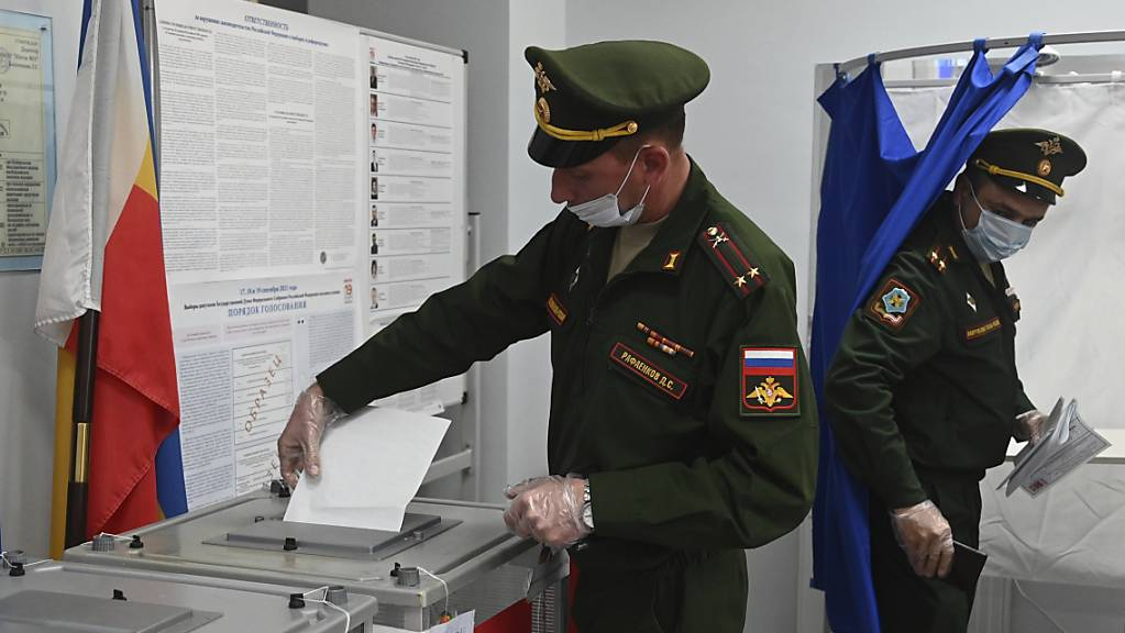 Russische Beamte geben während der Parlamentswahlen in Rostow am Don ihre Stimme in einem Wahllokal ab. Nach Beschwerden über erzwungene Stimmabgaben bei der Parlamentswahl in Russland hat die Zentrale Wahlkommission am Samstag eine Prüfung der Vorwürfe angekündigt.