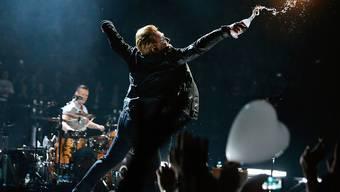 Boten den Eagles of Death Metal ihre Bühne an: Sänger Bono und die irische Band U2 beim Konzert in Paris.
