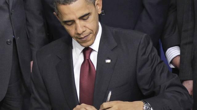US-Präsident Barack Obama unterzeichnet ein Dokument (Symbolbild)