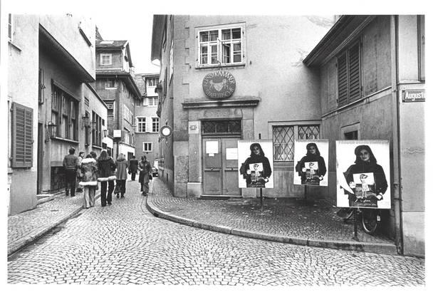 Blick auf die Städtische Kunstkammer Strauhof mit dem Plakat der Frauenausstellung. 1975.
