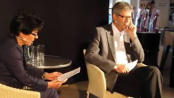 Moderatorin Ruth Steiner nimmt am Polit-Apéro des Gewerbevereins Stadtammann Daniel Mosimann in die Zange.