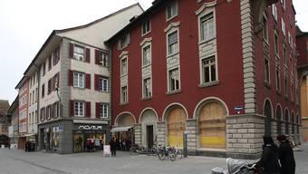 Die Fenster an der Frontseite sind und bleiben weg, Streitobjekt sind die Gitter in den Fenstern auf die Laurenzentorgasse hinaus (ganz rechts).