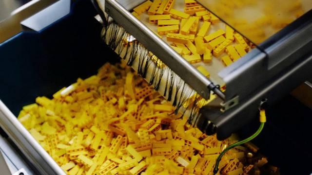 Lego-Bausteine werden in der Fabrik von Lego im dänischen Billund produziert (Archiv)