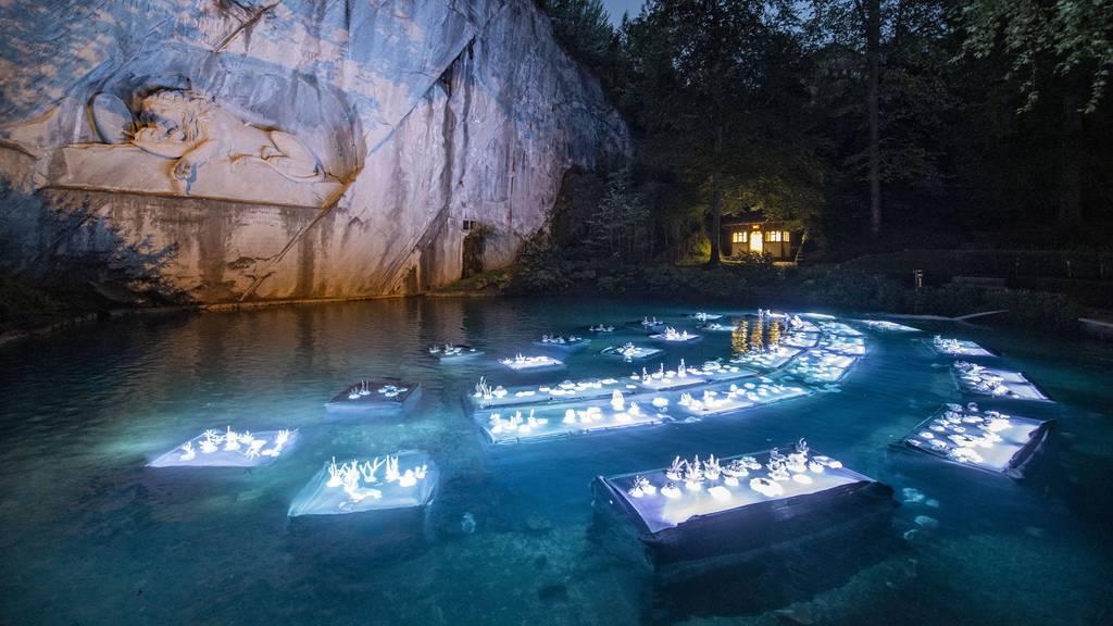 500 leuchtende Korallen vor dem Löwendenkmal