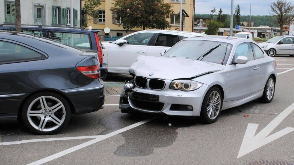 Grosser Sachschaden nach Unfall auf Parkplatz