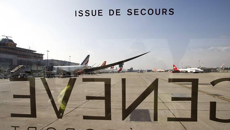Eine Lufthansa-Maschine aus München musste am Samstagmorgen in Genf wegen Rauch im Cockpit notlanden. Die 38 Passagiere und vier Crewmitglieder wurden evakuiert. (Symbolbild)