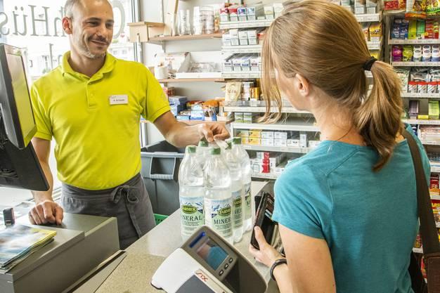 Mineralwasser verkauft sich derzeit in den Läden in und um Liestal prächtig, so auch im Liestaler Milchhüsli.
