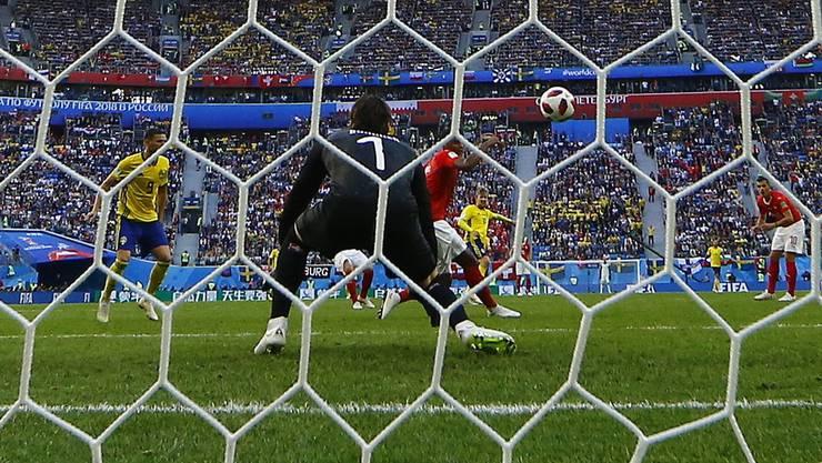 Der Moment der Ernüchterung. Emil Forsberg schiesst im WM-Achtelfinal das 1:0 für Schweden gegen die Schweiz.