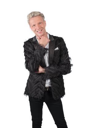 Der extrovertierte Wassermann aus Österreich zeigt was er hat. Durch seine lockere Einstellung zum Nacktsein hat der 29-jährige Einzelhandelskaufmann auch schon bei der TV-Show «Adam sucht Eva» sein Glück versucht und sich als «Mister Torpedo» einen Namen gemacht. Nun ist Achi erneut auf der Suche nach der Liebe und buhlt als einer der 21 Kandidaten um das Herz der brünetten Schönheit Andrina. Wie wird die Bachelorette reagieren, wenn sie erfährt, dass Achi bisexuell ist?