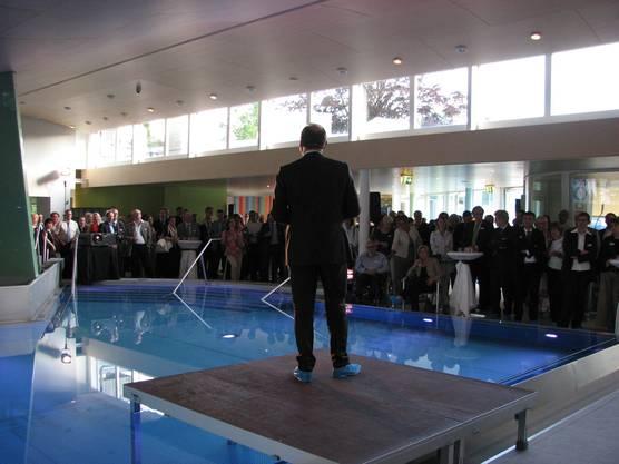 Thomas Kirchhofer begrüsst die Gäste an der Einweihungszeremonie des Parkresorts.