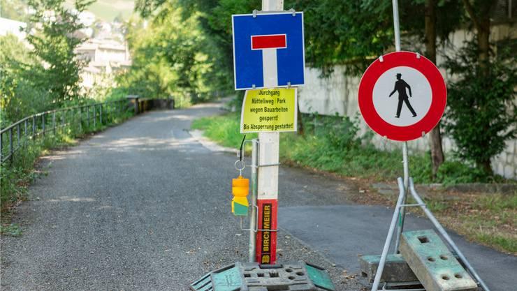 Die Schilder irritieren: Der Mätteliweg am Limmatufer ist gesperrt, Umleitungen sind bisher keine ausgeschildert.