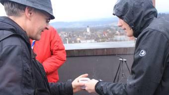 Die Pfader lassen sich die Lagerfeuerromantik nicht nehmen und trotzen auf dem Turm der katholischen Kirche dem nassen Wetter. wpo