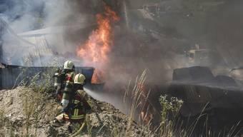 Rund hundert Einsatzkräfte bekämpften am Freitag den Brand in einer Gewerbehalle im bernischen Bigenthal. Im Gebäude war es zu Explosionen gekommen.