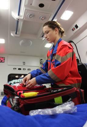 Nach dem Einsatz füllt Ursina Schumacher den Notfallkoffer wieder auf
