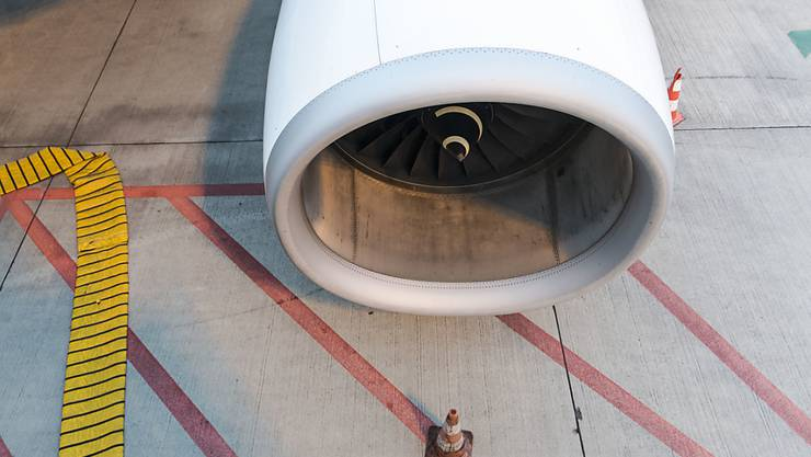 Turbinen sind vor dem Start oft schon im Leerlauf, wenn das Flughafenpersonal das Flugzeug belädt. Dabei entsteht Feinstaub, der die Gesundheit langfristig beeinträchtigen kann, wie eine neue Studie zeigt. (Archivbild)