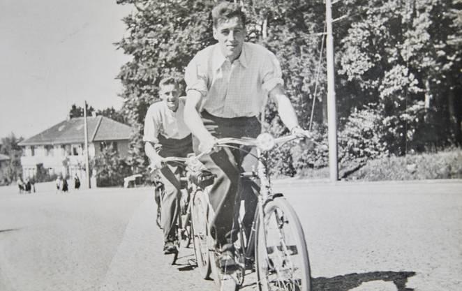 Othmar (hinten) mit seinem Bruder auf Velotour.