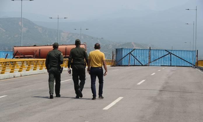 Als Barrikade dienen der Auflieger eines Tanklastzugs und zwei Container.