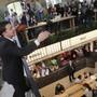 Der ukrainische Staatschef Wolodymyr Selenskyj bei seiner Marathon-Presskonferenz in einem Food-Court in Kiew.  In zwölf Stunden sprach Selenskyi mit hunderten Journalisten. ( Foto: Sergey Dolzhenko/EPA Keystone)