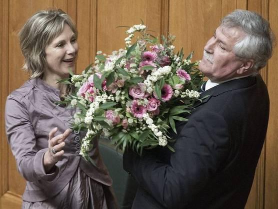 Hansjörg Walter übergibt seiner Nachfolgerin Maya Graf einen etwas grossen Blumenstrauss