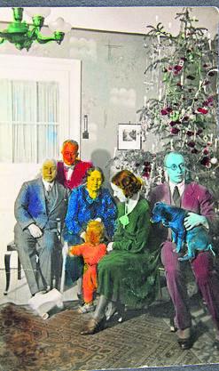 Eine humorvoll kolorierte Weihnachtsfotografie der Familie von 1934.