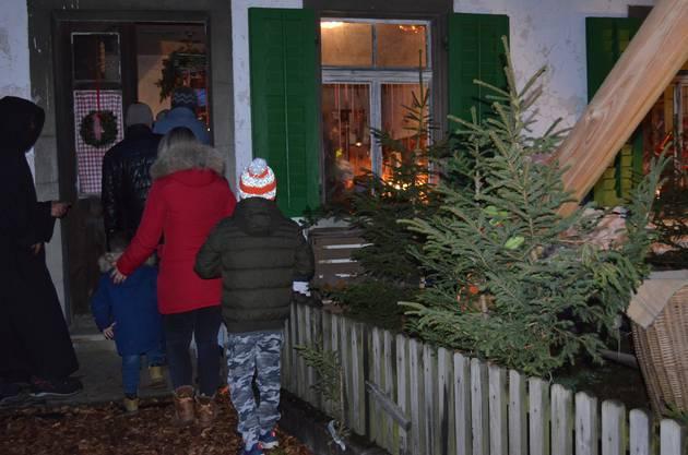 Die Kinder besuchen den Samichlaus in seinem feierlich geschmückten «Hüsli» an der Holzgasse in Hausen; sie wollen alle ins Samichlaushüsli.