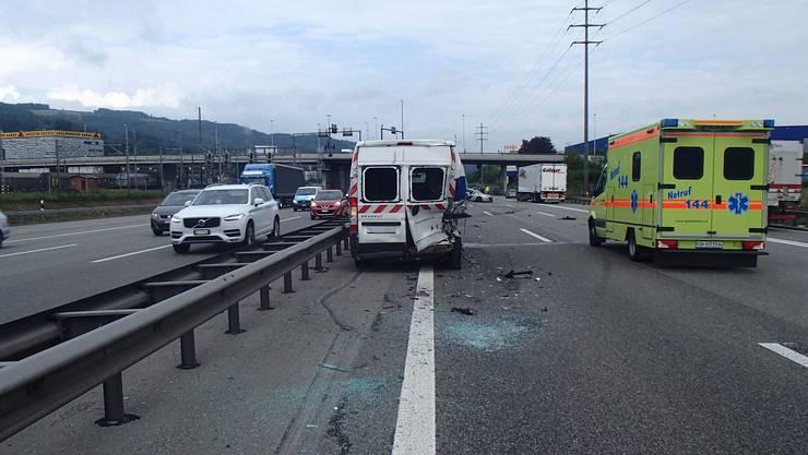 Ein Reifen des Lieferwagens war geplatzt – der Fahrer hat die Polizei über den Unfall nicht informiert, worauf es zu einem Auffahrunfall kam.