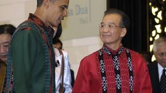 Barak Obama (l) und Wen Jiabao begeben sich ans Gala Dinner im indonesischen Nusa Dua