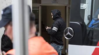 Im Juli 2017 versetzte der Beschuldigte die Schaffhauser Vorstadt in Panik. Mit einer Kettensäge bewaffnet stürmte er in die Filiale der CSS-Versicherung und griff gezielt Mitarbeiter an. (Archiv)