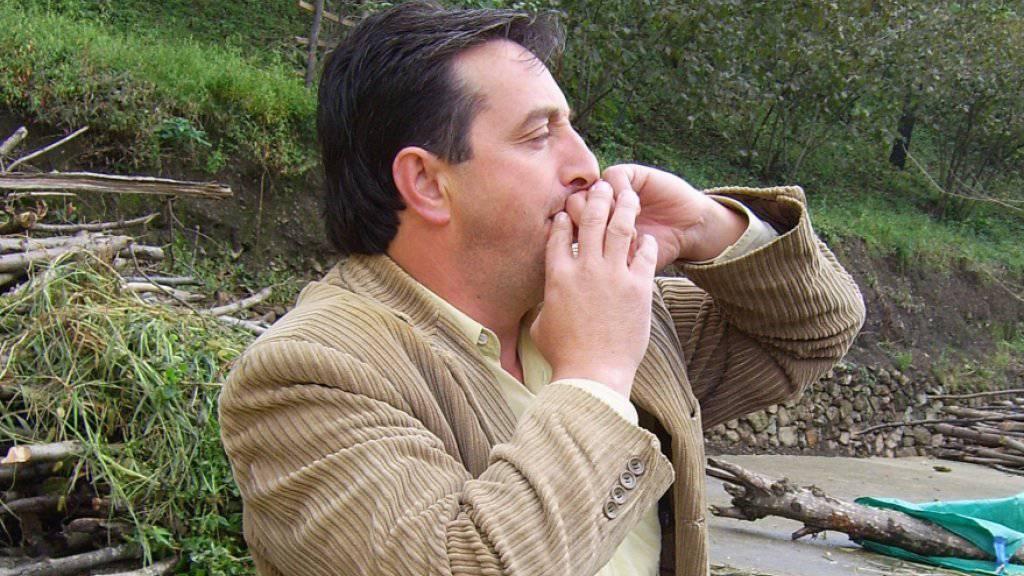 Ein Job für beide Hirnhälften: Benützer einer türkischen Pfeifsprache während einer Konversation.