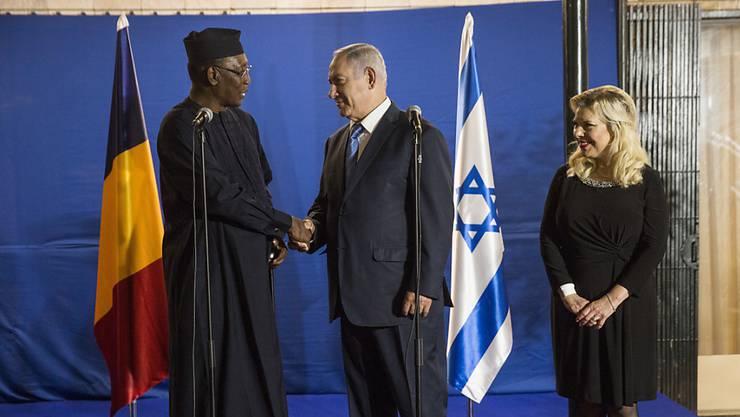 Israel und Tschad nehmen nach langen Jahrzehnten wieder diplomatische Beziehungen auf. Präsident Idriss Deby (links) und Amtskollege Benjamin Netanjahu trafen sich bereits Ende November 2018, um die Beziehungen zwischen den beiden Ländern wieder zu beleben. (Archivbild)