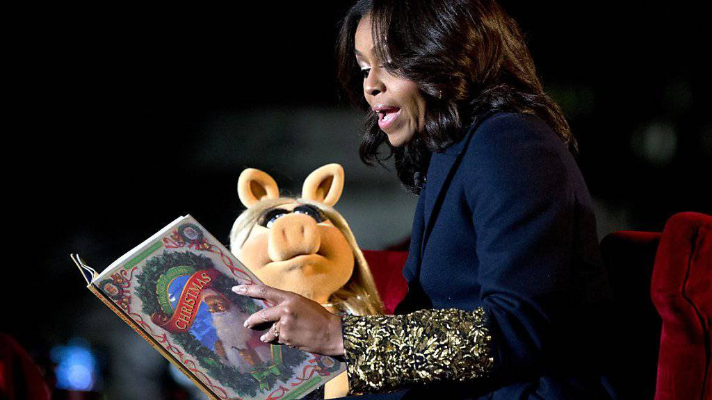 Miss Piggy und Michelle Obama lesen am National Christmas Tree Lighting-Tag aus «The Night Before Christmas» vor.