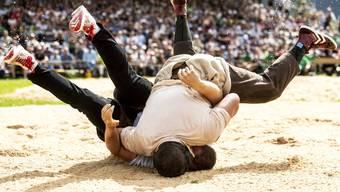Der Moment der Entscheidung: Nick Alpiger (oben) drückt Christian Schuler ins Sägemehl.