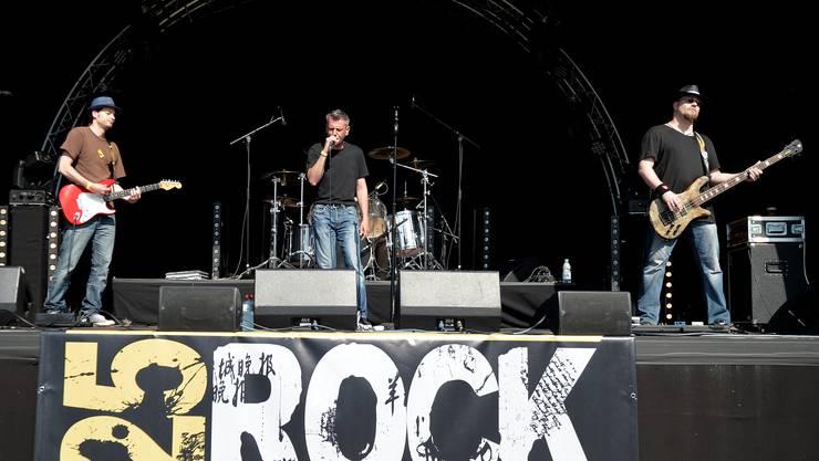 Die Musiker von 25 Rock Avenue trumpften am ersten Hafenfest auf mit rauem Rock 'n' Roll.
