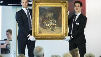 """Mitarbeitende der Galerie Kornfeld präsentierten am Freitag dem Auktionspublikum das Gemälde """"Die Gotthardpost"""" von Rudolf Koller. Einen Abnehmer fand das Bild aber nicht."""